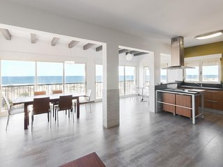 Spacious apartment a short walk away (330 m) from the 'Playa de l'Aigua Morta' i
