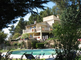 Spacious house in the center of Peyrolles-en-Provence with Parking, Internet, Po