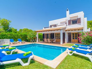 Spacious villa a short walk away (337 m) from the 'Cala Llonga' in Cala D'or wit