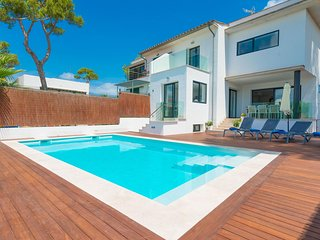 Spacious villa very close to the centre of Can Picafort with Internet, Washing m