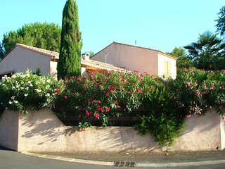 Cozy house close to the center of Agde with Parking, Washing machine, Garden, Te