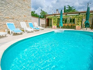 Spacious villa in the center of Burići with Parking, Internet, Washing machine,