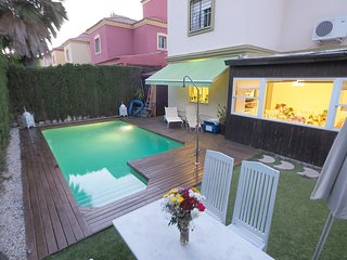 Spacious villa in the center of Tomares with Parking, Internet, Washing machine,