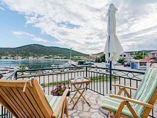 Cozy house in the center of Vinišće with Parking, Internet, Air conditioning, Ba