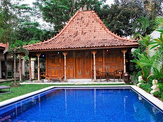 Spacious villa very close to the centre of North Kuta with Parking, Internet, Po