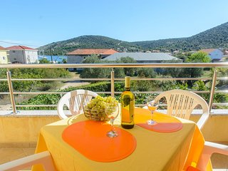 Cozy apartment in the center of Vinišće with Parking, Internet, Air conditioning