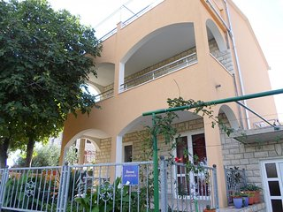 Cozy apartment in the center of Okrug Gornji with Parking, Internet, Air conditi