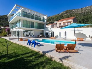 Spacious villa very close to the centre of Zaton with Parking, Internet, Washing