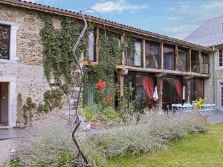 Spacious house in the center of La Barthe-de-Neste with Parking, Internet, Washi