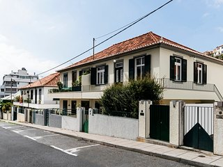 Spacious house very close to the centre of Funchal with Internet, Washing machin
