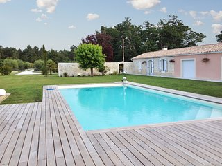 Spacious villa in the center of Saint-Germain-d'Esteuil with Parking, Internet,