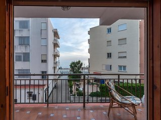 Spacious apartment a short walk away (153 m) from the 'Playa de L'Ampolla' in Mo