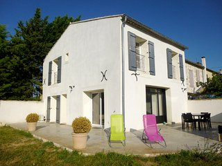 Spacious house very close to the centre of Jonquerettes with Parking, Internet,