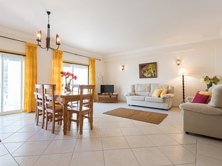 Spacious apartment in the center of Armação de Pêra with Lift, Internet, Washing