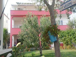 Spacious apartment in the center of Seget Vranjica with Parking, Internet, Washi