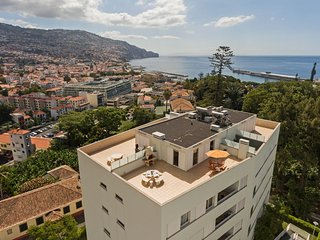 Spacious apartment close to the center of Funchal with Lift, Parking, Internet,