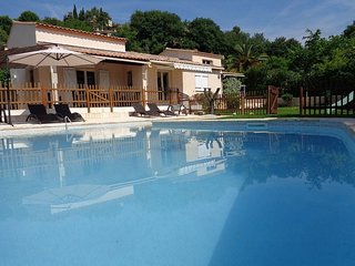 Spacious villa in the center of La Gaude with Parking, Internet, Washing machine