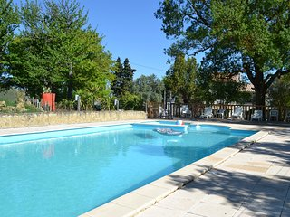 Spacious villa very close to the centre of Laurac with Parking, Internet, Washin