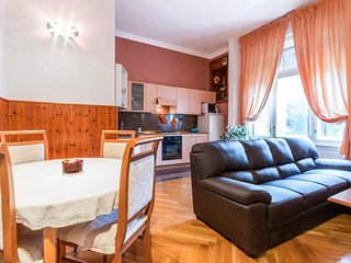 Spacious apartment very close to the centre of Pula with Internet, Air condition