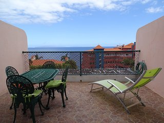 Cozy apartment very close to the centre of Canico with Parking, Internet, Washin