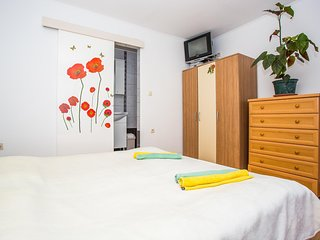 Cozy apartment close to the center of Supetarska Draga with Parking, Internet, A