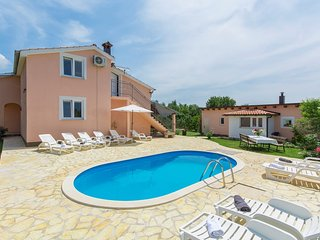 Spacious villa in the center of Labinci with Parking, Internet, Washing machine,