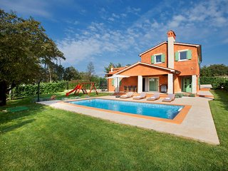 Spacious villa in the center of Šumber with Parking, Internet, Washing machine,