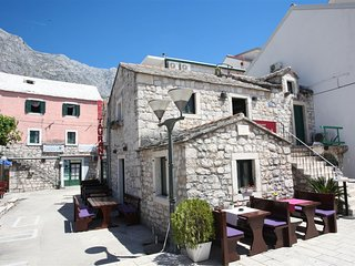 Spacious apartment in the center of Baska Voda with Internet, Air conditioning,