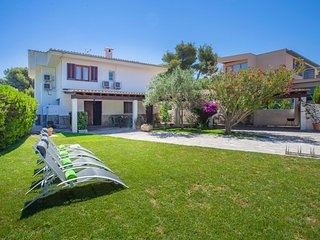 Spacious house a short walk away (186 m) from the 'Playa de Muro' in Alcudia wit