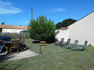 Cozy house close to the center of Marennes with Parking, Internet, Washing machi