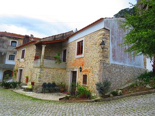 Cozy house very close to the centre of Porto de Mós with Parking, Internet, Wash