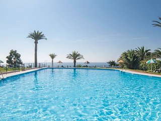 Spacious apartment a short walk away (82 m) from the 'Playa El Bajondillo' in To