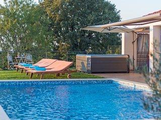 Spacious villa in the center of Rovinjsko Selo with Parking, Internet, Washing m