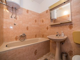 Cozy apartment close to the center of Lokva Rogoznica with Parking, Internet, Ai