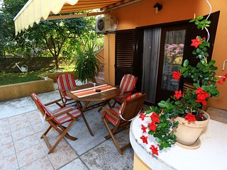 Spacious apartment in the center of Sutomišćica with Parking, Internet, Washing