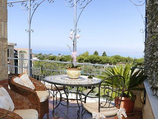 Spacious apartment in the center of Piano di Sorrento with Internet, Air conditi