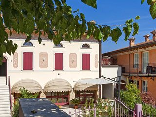 Spacious apartment in the center of San Felice del Benaco with Air conditioning,