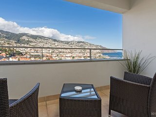 Spacious apartment close to the center of Funchal with Parking, Internet, Washin