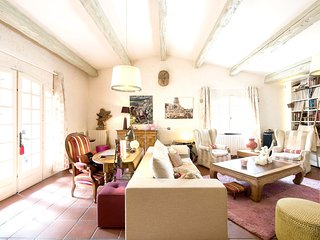 Spacious villa very close to the centre of Septèmes-les-Vallons with Parking, In