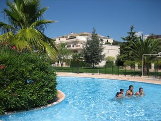 Cozy apartment very close to the centre of Carqueiranne with Parking, Internet,