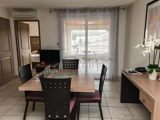 Cozy apartment close to the center of Rousset with Parking, Internet, Air condit