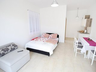 Cosy studio in the center of Sukošan with Parking, Internet, Air conditioning, T