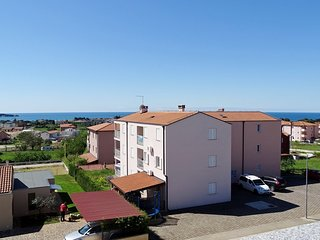Spacious apartment close to the center of Novigrad with Parking, Internet, Air c