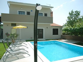 Cozy apartment close to the center of Pula with Parking, Air conditioning, Pool,