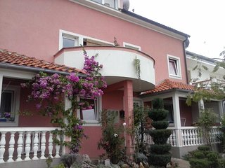 Cozy apartment in the center of Kremenići with Parking, Internet, Washing machin