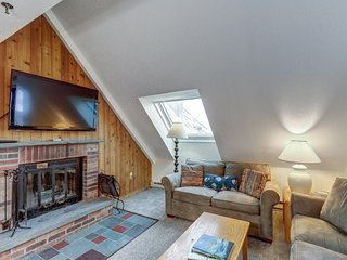 NEW LISTING! Top-floor condo w/ shared pool, hot tub, sauna & view of the slopes