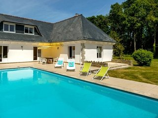 Spacious villa in Concarneau with Parking, Internet, Washing machine, Pool