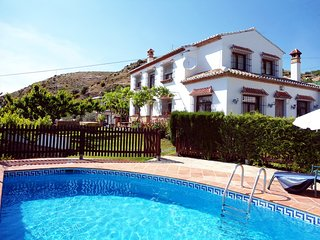Cozy house in the center of Los Nogales with Washing machine, Pool, Garden, Terr