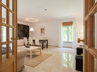 Spacious apartment in the center of Estoril with Lift, Internet, Washing machine