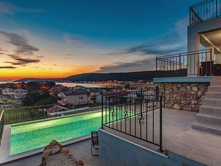Spacious house in the center of Supetarska Draga with Parking, Internet, Washing